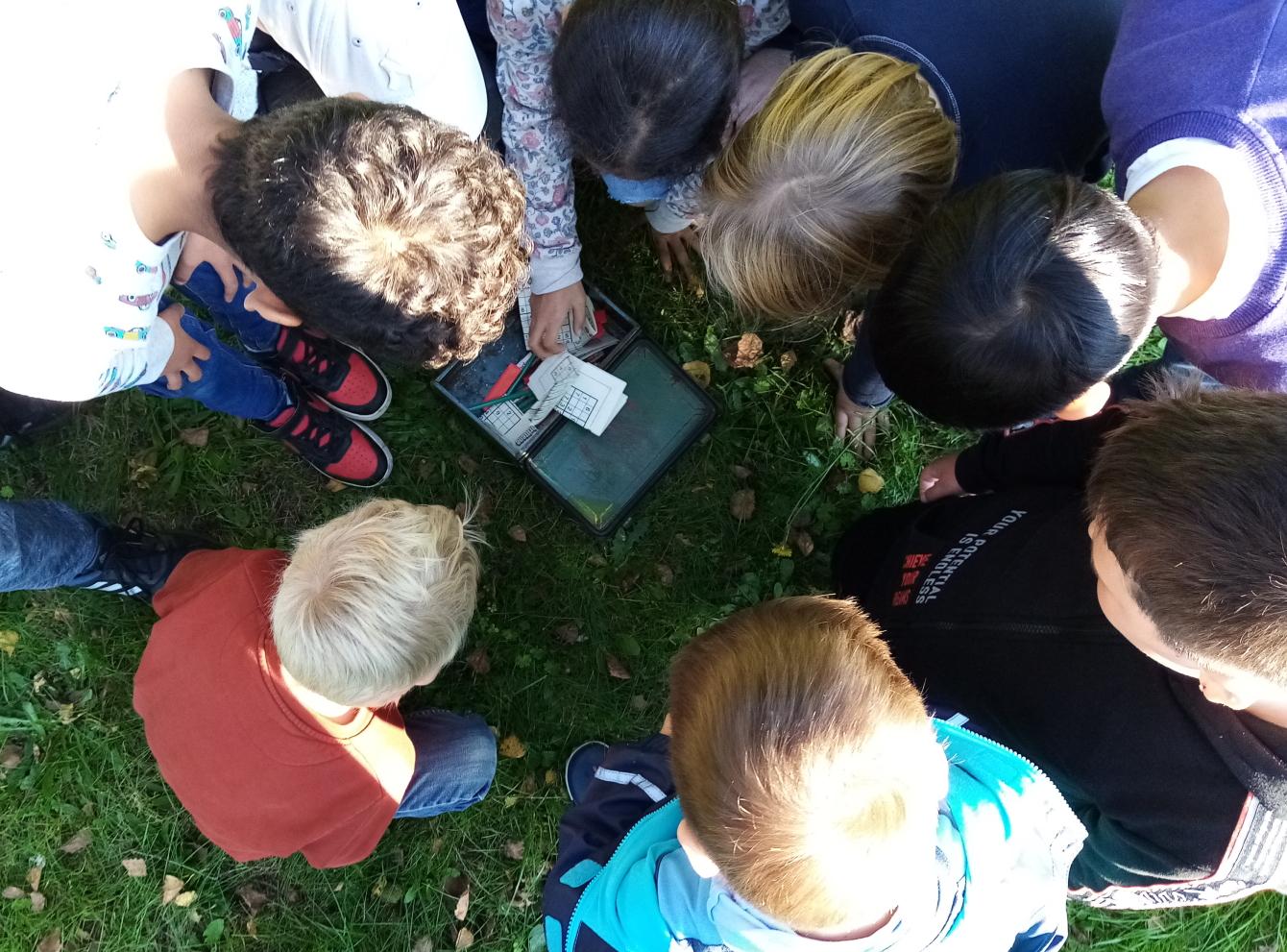 Kinder fügen eine Schatzkarte zusammen.